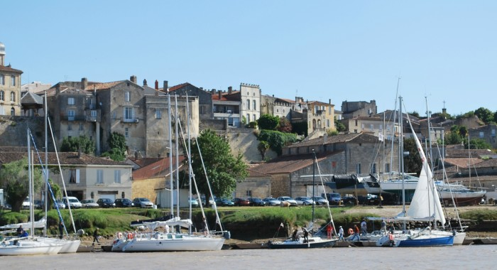 Bourg-vu-du-port-bis.-@OT-Bourg-700x380
